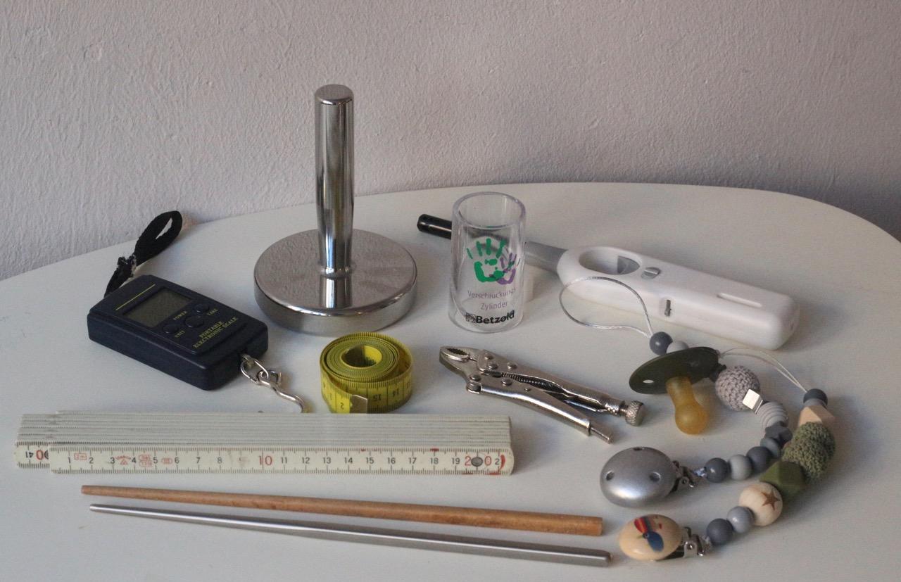 Werkzeuge, die man zur CE-Kennzeichnung von Schnullerketten braucht (für die Sicherheitstests): z.B. Kofferwaage, Fallgewicht, Kleinteile-Tester, Prüffinger, Gripzange, Zollstock,...