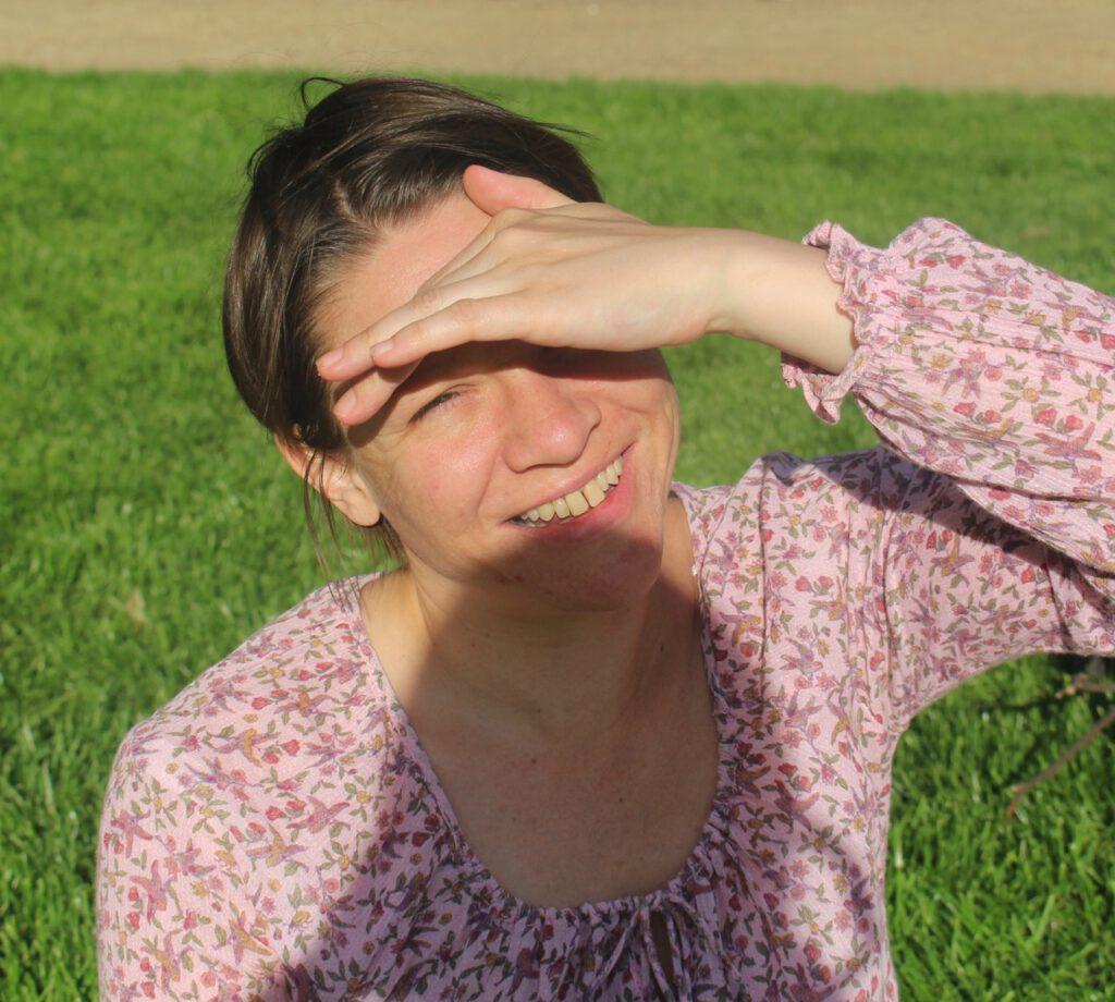 Kontakt: Maike schaut den Betrachter direkt an, in der Sonne