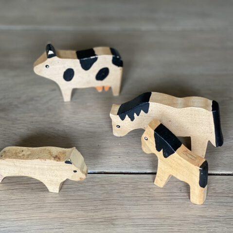 CE-Kennzeichnung Holzspielzeug: Auch solche Holztiere (Pferdchen, Fohlen, Kuh, Hund) aus lackiertem Holz benötigen sie.